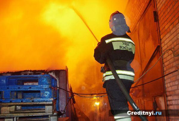 Спасатель МЧС на пожаре